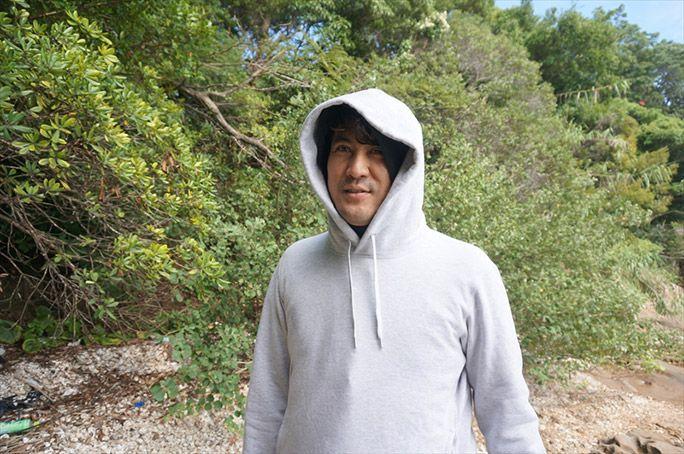 防寒着を着込んで虫よけを塗って藪の中に入るヨッピー