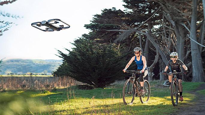 自転車を追尾するドローン「Skydio R1」