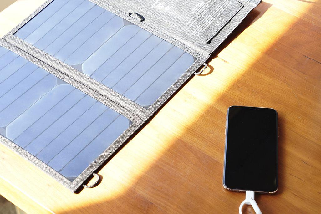 電源OFFにしたiPhoneをAnker PowerPort Solar Liteソーラーチャージャーに接続