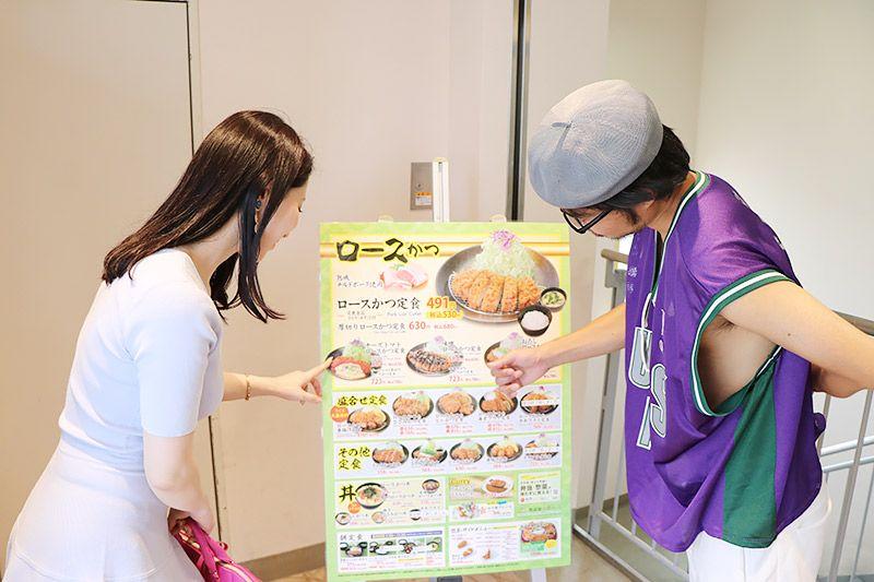 松乃家北小金店でメニューを選ぶ鶴あいかと地主恵亮