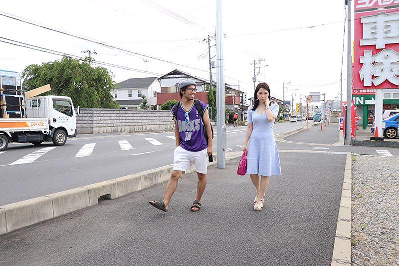 三郷を歩く鶴あいかと地主恵亮