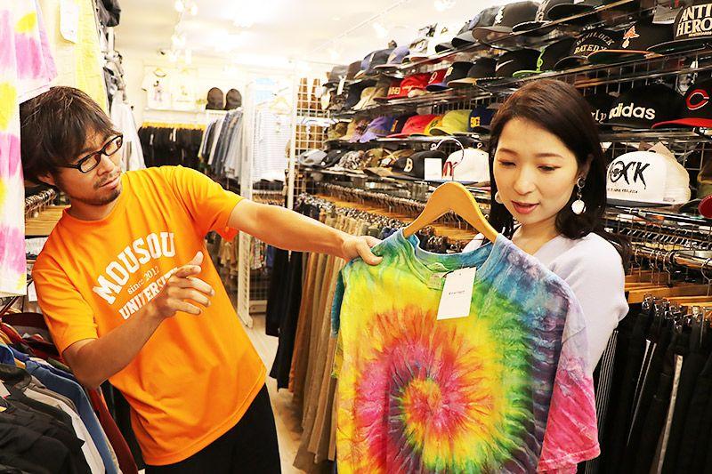 2nd Street三郷店で洋服を選ぶ鶴あいかと地主恵亮