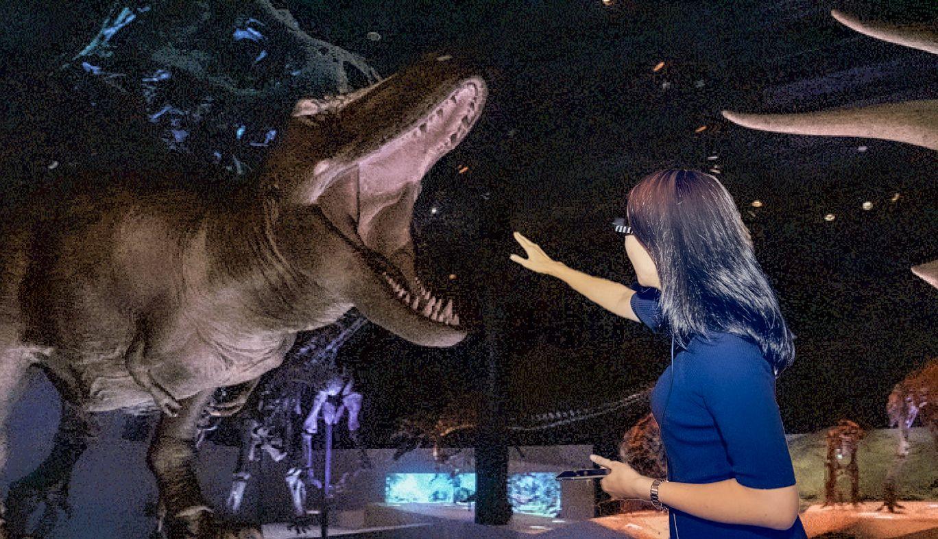 DinoScience 恐竜科学博の展示コーナーで体験できる、最新AR技術とスマートグラスで再現される「au 5Gで恐竜がよみがえる!スマートグラスをかけてAR体験」