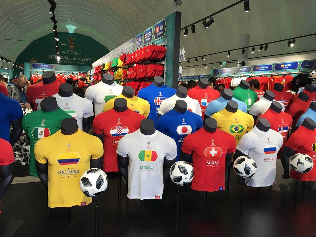 モスクワのワールドカップオフィシャルショップで売られている各国のTシャツ