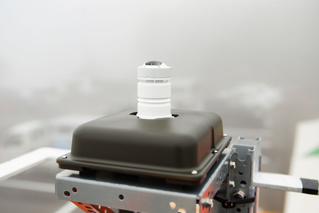 富士山御殿場口新五合目に設置された気象観測センサー