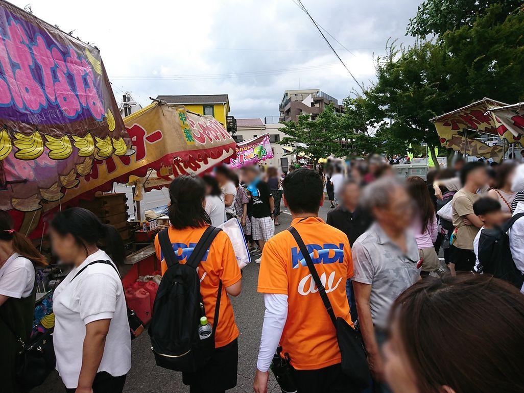 花火大会の露店で賑わう人々を縫って歩く杉村と上村