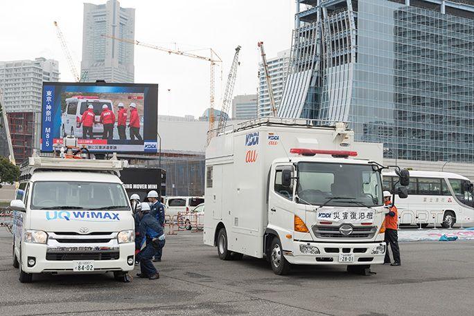 KDDIの災害対策公開訓練にて、出動要請を受けてアンテナを設営する車載型基地局