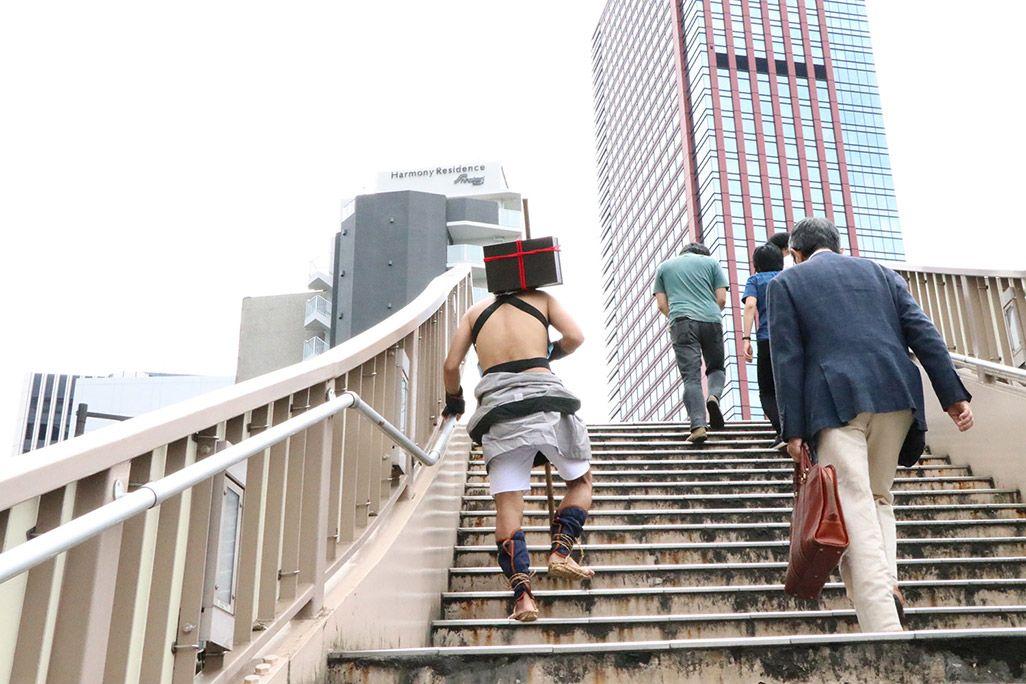 飛脚の格好で大阪を目指す地主恵亮