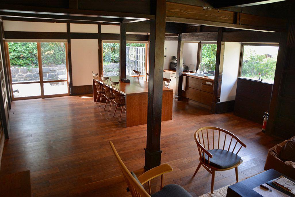 小値賀島の古民家宿「親家」のリビングダイニング