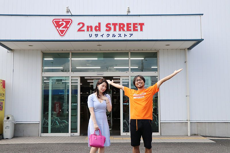 2nd Street三郷店の前に立つ鶴あいかと地主恵亮
