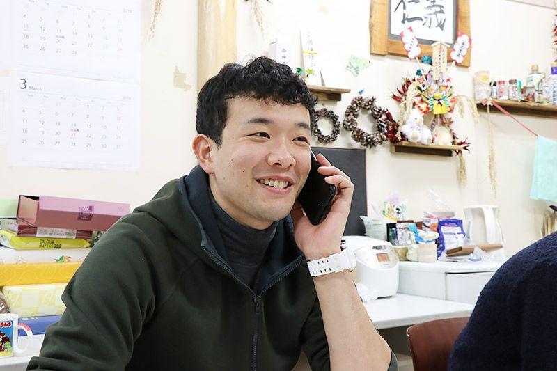 スマートフォンで電話をする増村さん