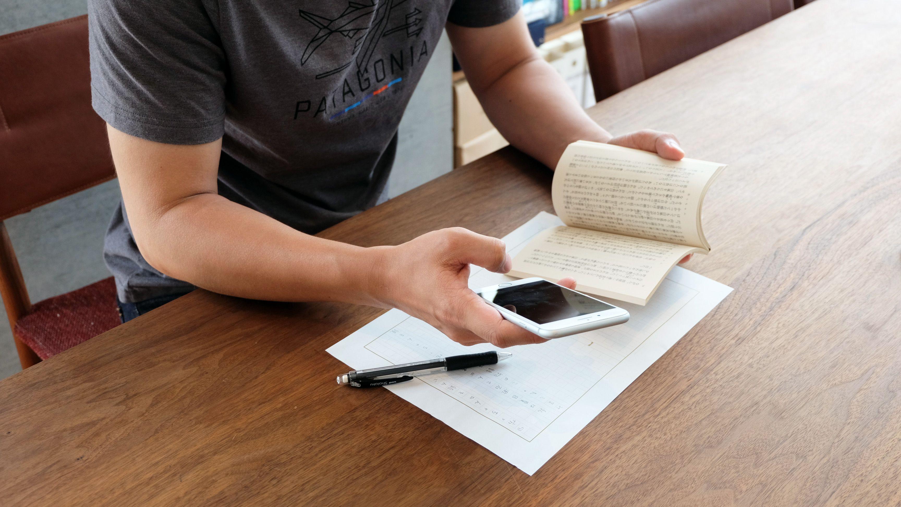 アプリを使って読書感想文を書いている様子