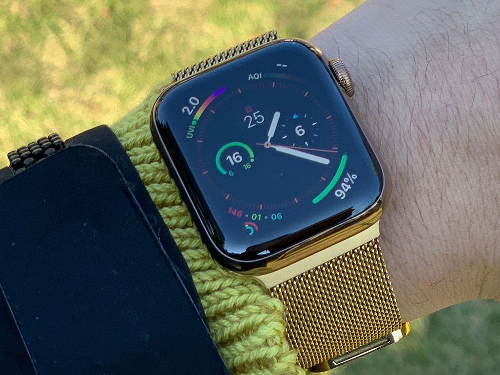男性の手首に巻かれているゴールドのベルトのApple Watch Series 4