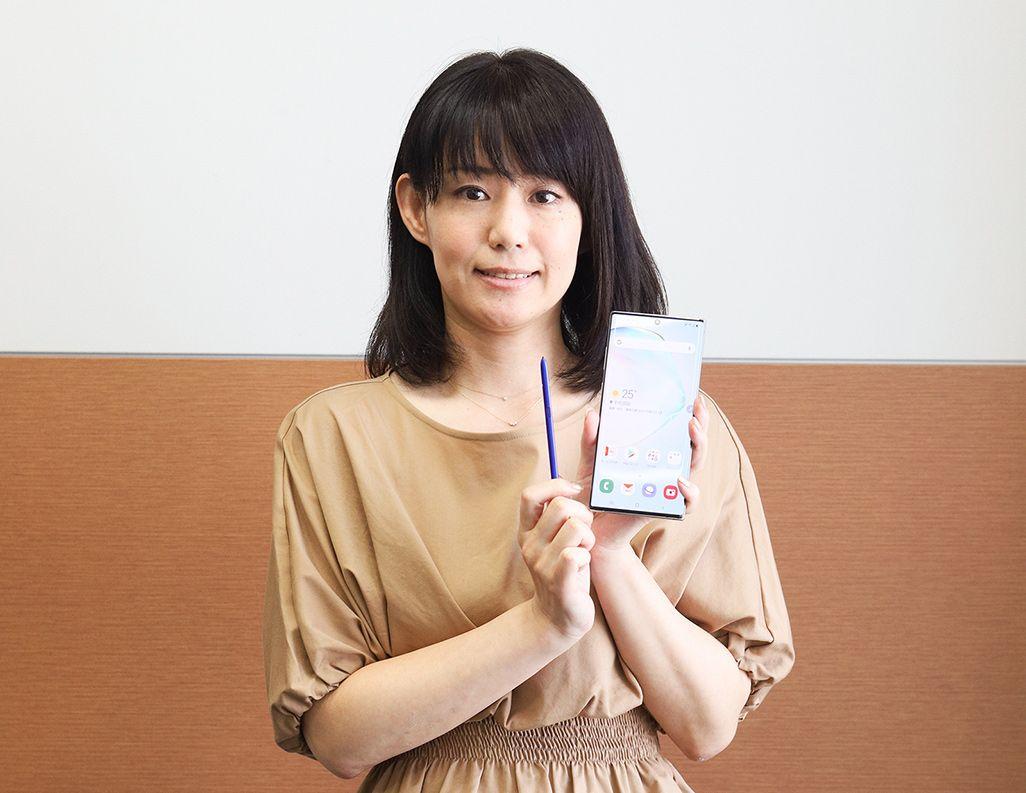 「Galaxy Note10+」を手にした、auのプロダクト担当の堀田久美