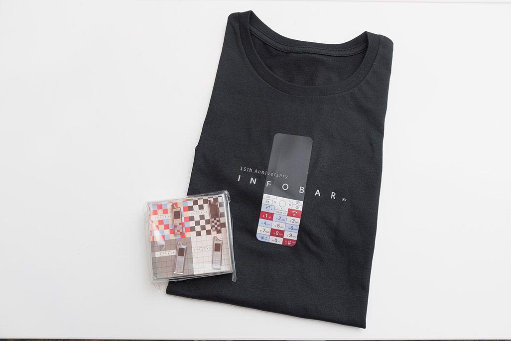 INFOBARファンミーティング新宿でのお土産のTシャツとピンズ