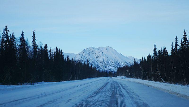 フェアバンクスに向かう広い雪道