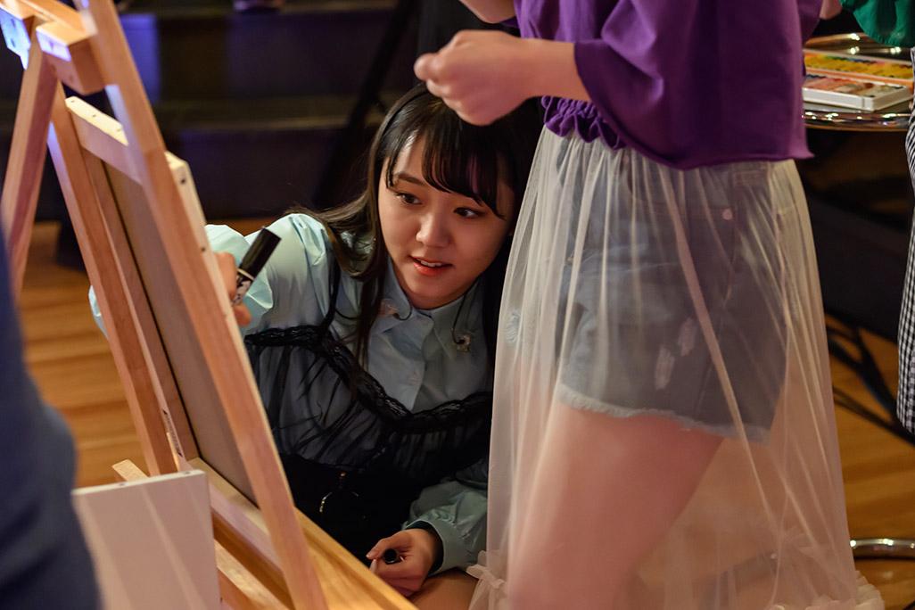 絵を描く室田瑞希