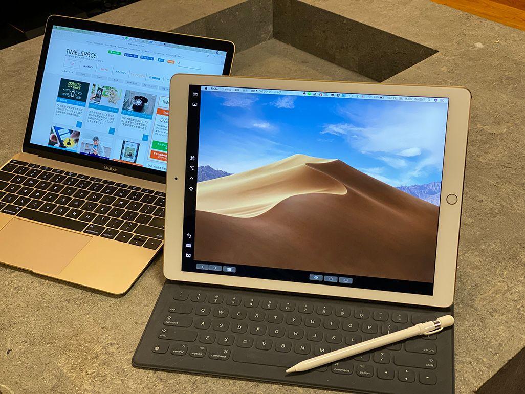 デスクに置かれたiPad Pro、Smart Keyboard、Apple Pencil、MacBook