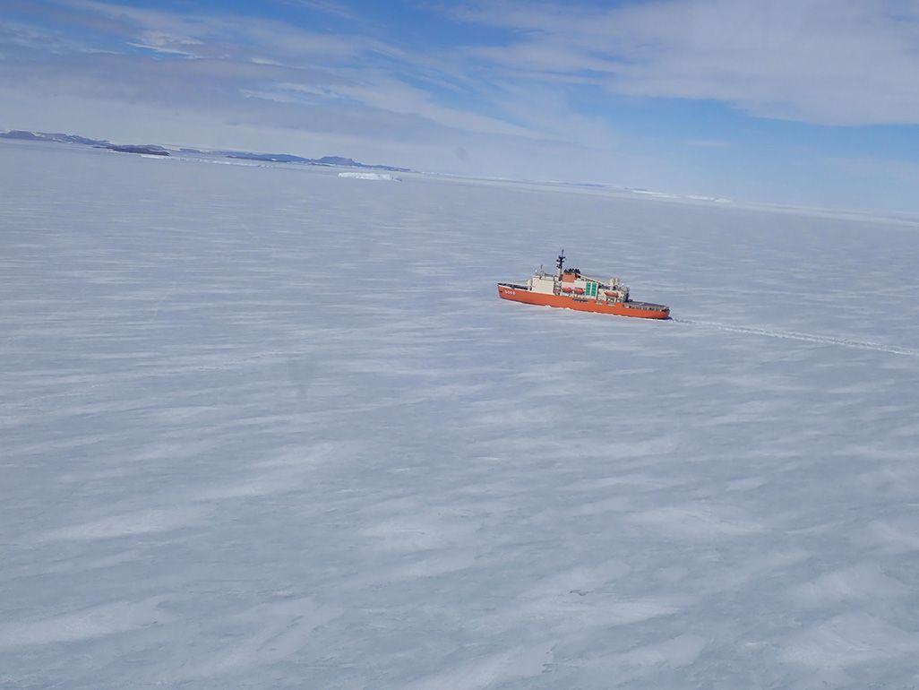ラミング航行で南極の氷を砕きながら進む砕氷船「しらせ」