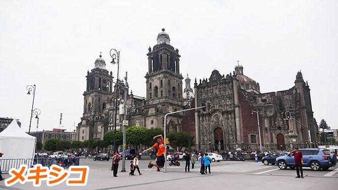 メキシコシティ・メトロポリタン大聖堂前でジャンプする地主