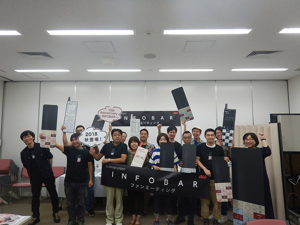 INFOBARファンミーティング名古屋でフォトプロップスを手に記念の集合写真