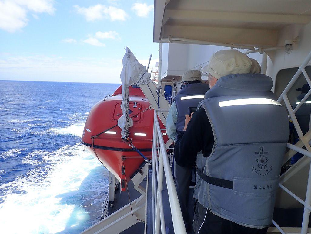 砕氷船「しらせ」で救命胴衣を身に付け、訓練に取り組む隊員たち