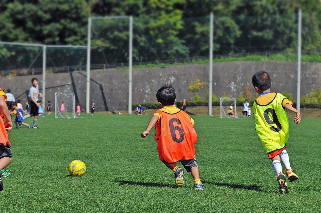 サッカーをする子どもたち