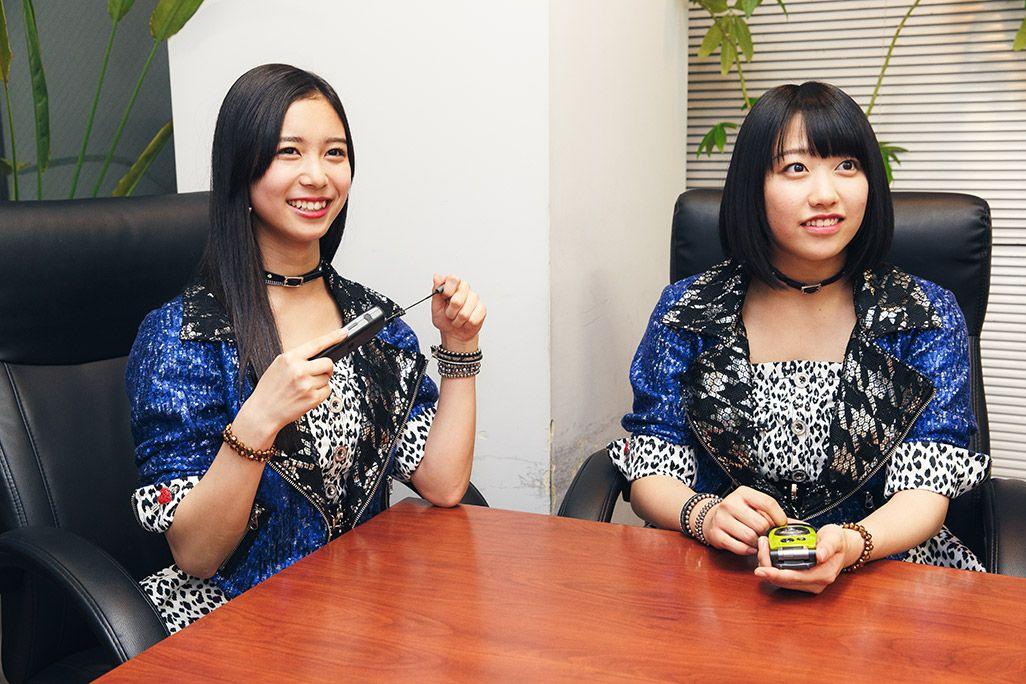 古いケータイのアンテナを出し入れする井上玲音と和田桜子