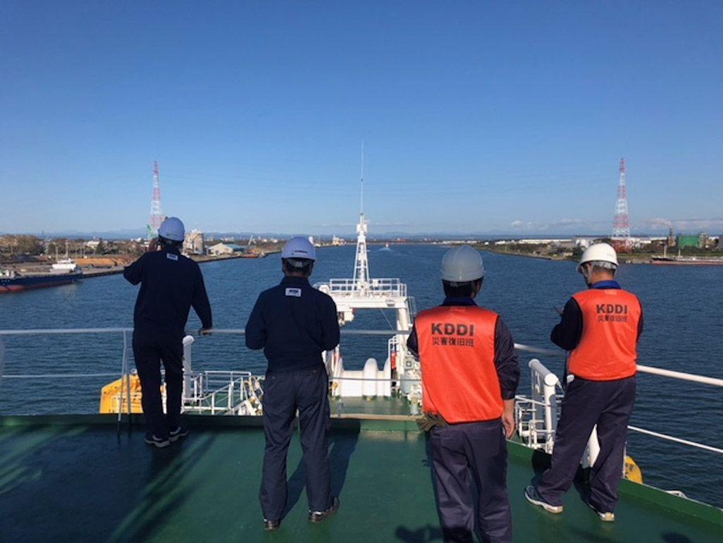 苫小牧港に入港するKDDIオーシャンリンクとKDDIから乗船したスタッフ