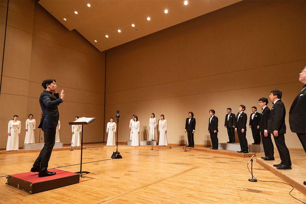 東京混声合唱団と指揮者・原田慶太楼さんによる「音のVR」収録の模様