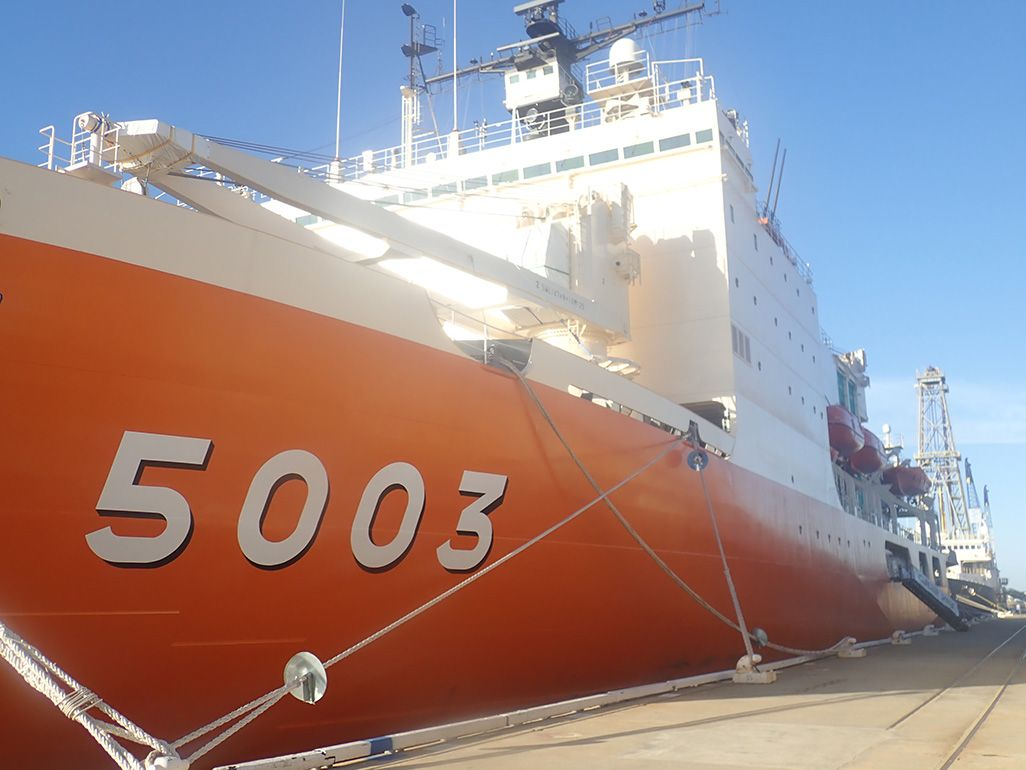 西オーストラリアのフリーマントル港に停泊中の砕氷船「しらせ」