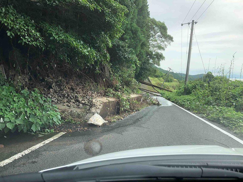 令和2年7月豪雨によって土砂崩れが発生した道路