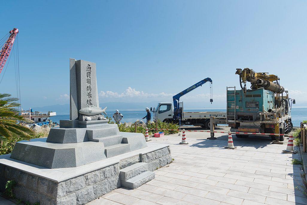 魚貝供養塔と基地局建設現場