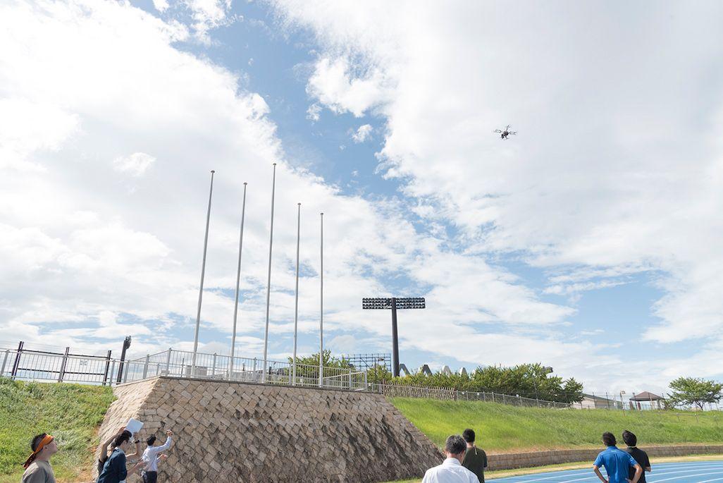 ドローンはスタジアム上空で20mの高さでホバリングし、監視する