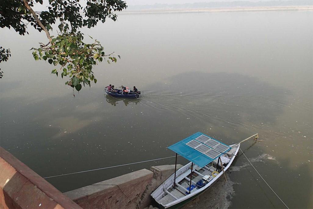 ガンジス川でのガンジスカワイルカ観測の模様