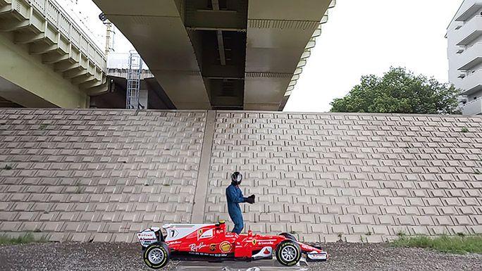 F1ドライバーになりきるライターの地主