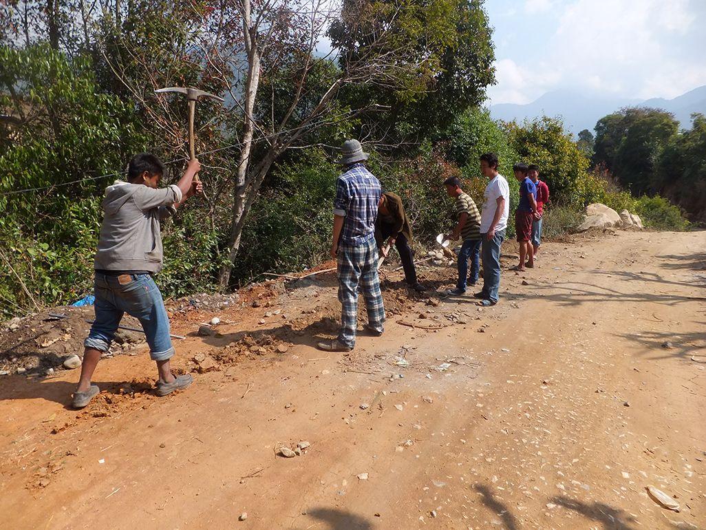 ブータンにおける光ファイバーケーブル敷設工事の様子