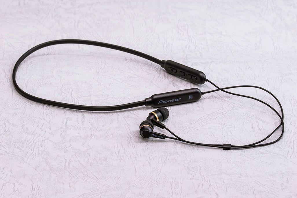 AQUOS sense3 plus サウンドに付属するパイオニアブランドのネックバンド型ワイヤレスイヤホン「C7 wireless Special Edition」
