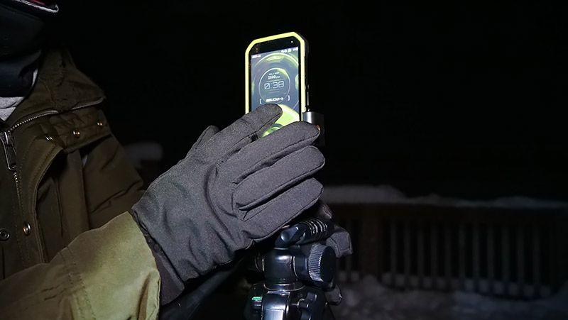 手袋をしながらTORQUE G03の液晶をタッチする
