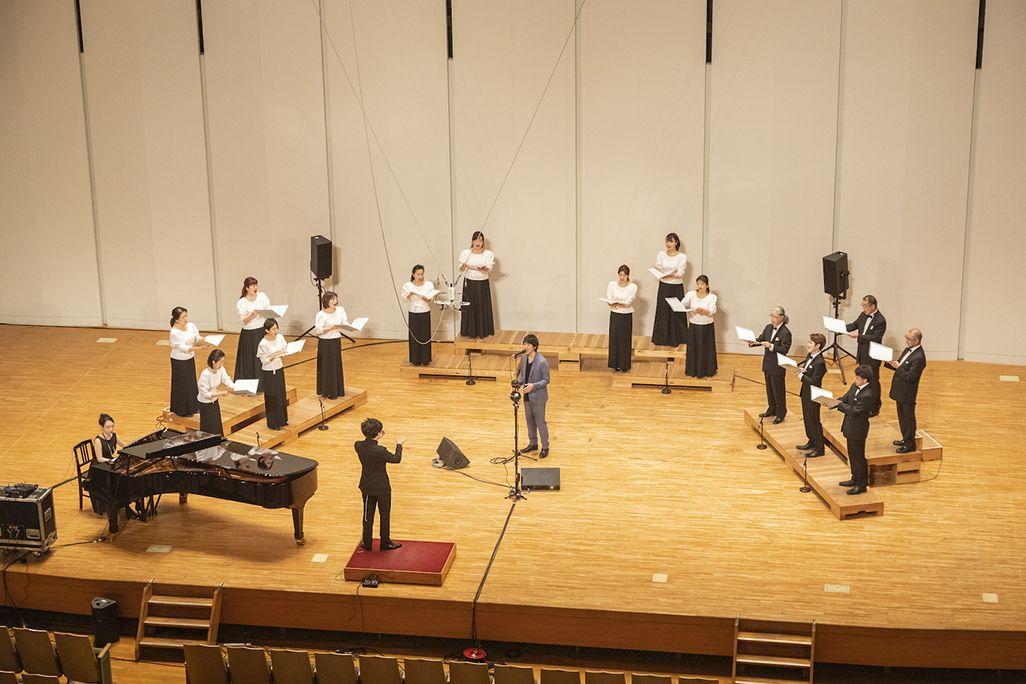 ステージ上で東京混声合唱団と共演する藤巻亮太さん