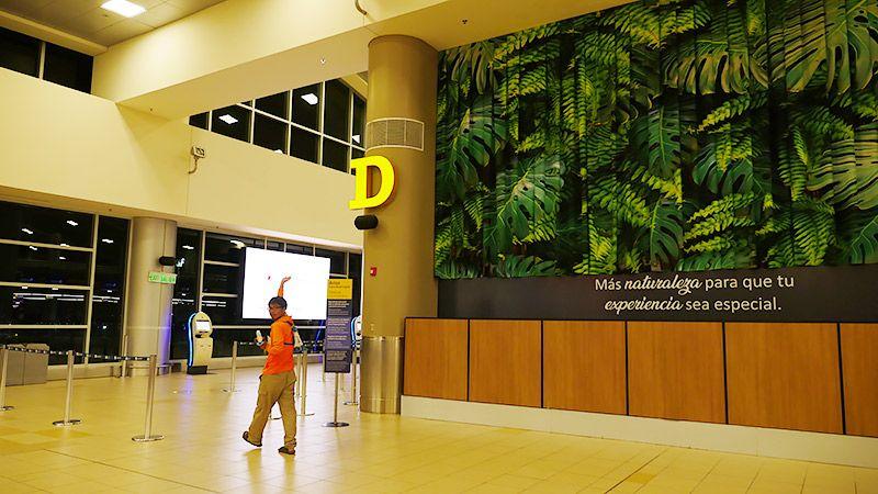 ガラパゴスの空港で手を上げる地主
