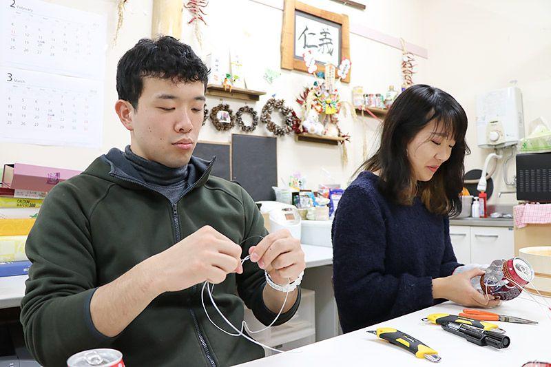 作業をしている農大生の増村さんと新井さん