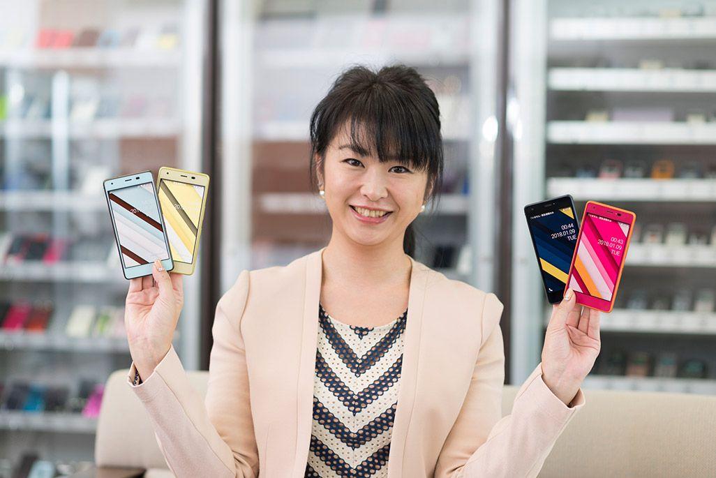 Qua phone QZを持つau候補担当の中村玲子