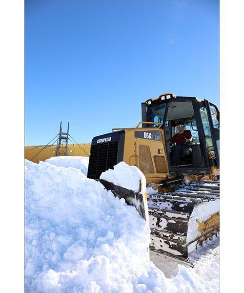 南極・昭和基地にてブルドーザーで雪押し作業を行う第59次南極地域観測隊の鯉田淳さん