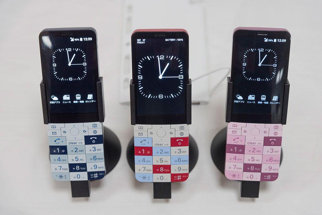 電源の入ったINFOBAR xvが3色勢ぞろい