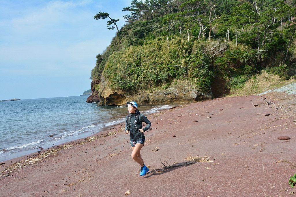 小値賀島の赤浜海岸を走る浦谷美帆さん