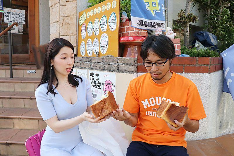 北松戸にあるボナペティートのデニッシュ食パンを鶴あいかに手渡す地主恵亮