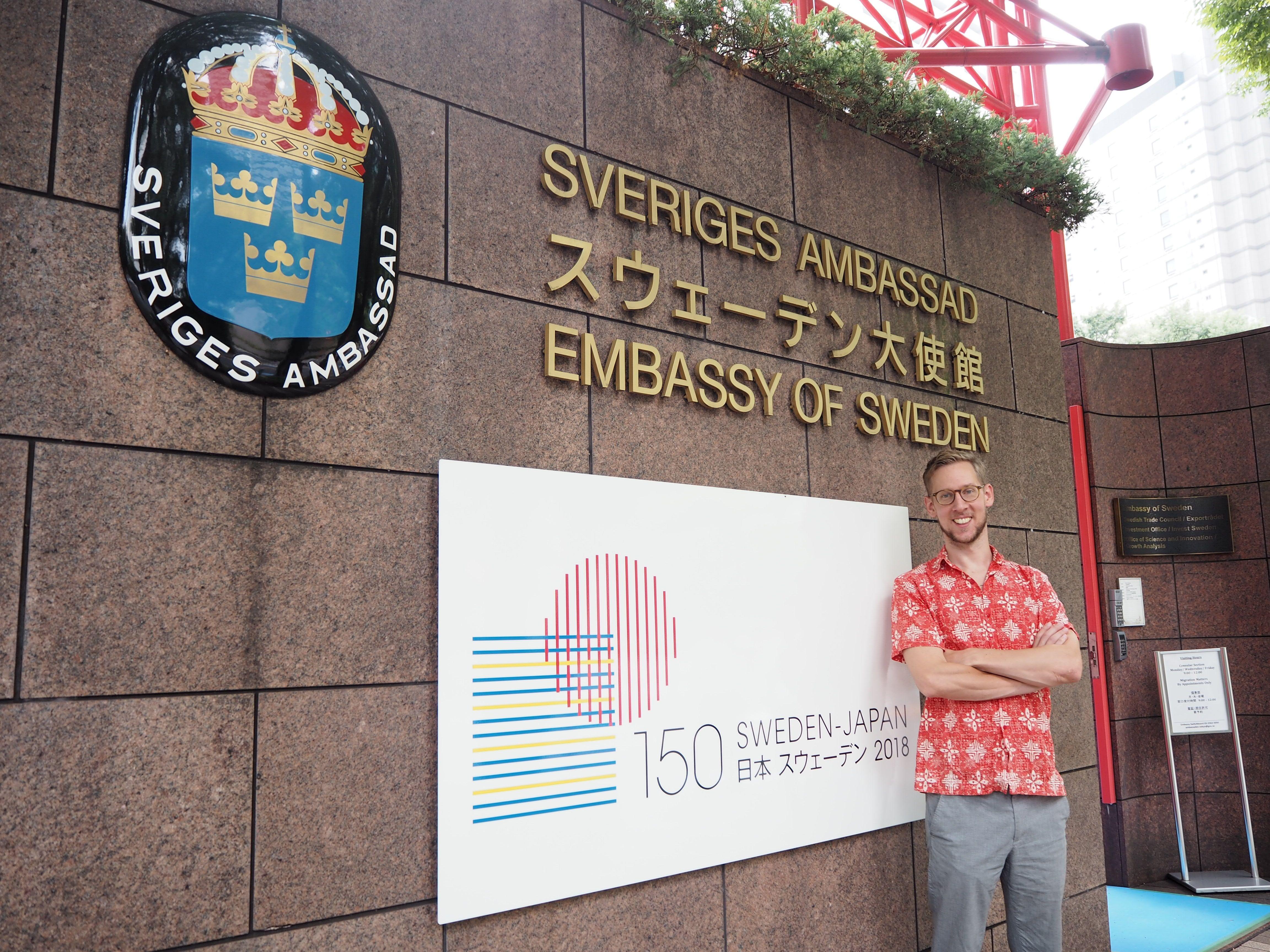 スウェーデン大使館前に立っている一等書記官