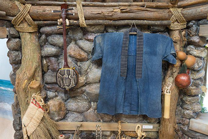 お台場・浦ちゃんの家に飾られた衣装と三線