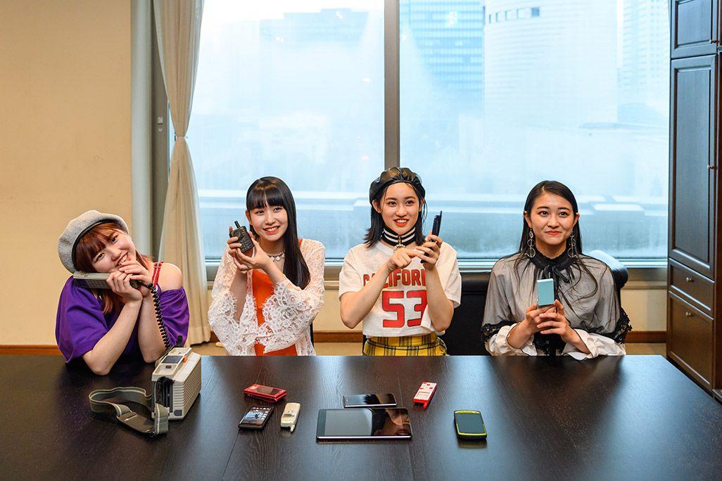 古い携帯電話を手に未来に想いを馳せるアンジュルム・和田彩花、佐々木莉佳子、笠原桃奈、竹内朱莉